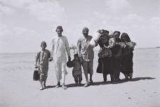משפחה תימנית בדרך למחנה מעבר בעדן (זולטן קלוגר, ארכיון הצילום הלאומי CC BY-SA 3.0)