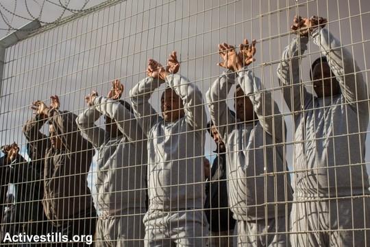 """מבקשי מקלט במתקן הכליאה """"חולות"""" בנגב (יותם רונן/אקטיבסטילס)"""