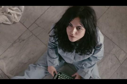 """נעמי לבוב בתפקיד יונה וולך. (צילום מסך מתוך הטריילר לסרט """"יונה"""")"""