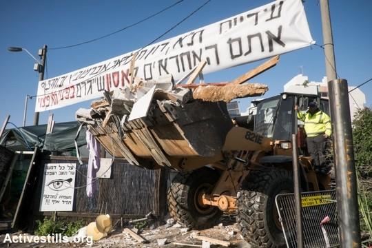 טרקטורים הורסים את שמונת הבתים בגבעת עמל, תל אביב, 29 דצמבר 2014. יותם רונן/אקטיבסטילס