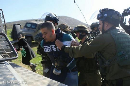 עיתונאי פלסטיני מעוכב על ידי חיילים בדרך למסיבת העיתונאים מחוץ לעדי עד (אורן זיו / אקטיבסטילס)
