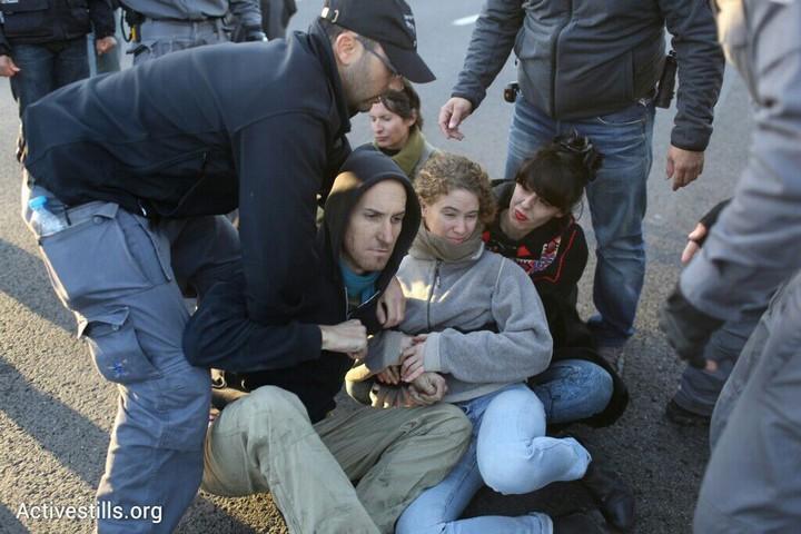 תושבים ופעילים חוסמים את איילון, לאחר הפינוי בגבעת עמל, תל אביב, 29 דצמבר 2014. אקטיבסטילס