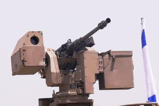 """""""קטלנית"""" עמדת כלי ירייה המותקנת על כלי רכב צבאיים או רכב קרבי משוריין ונשלטת מבפנים. פותחה ומיוצרת על ידי חברת רפא""""ל. (ויקמדיה, MathKnight, CC BY 3.0)"""