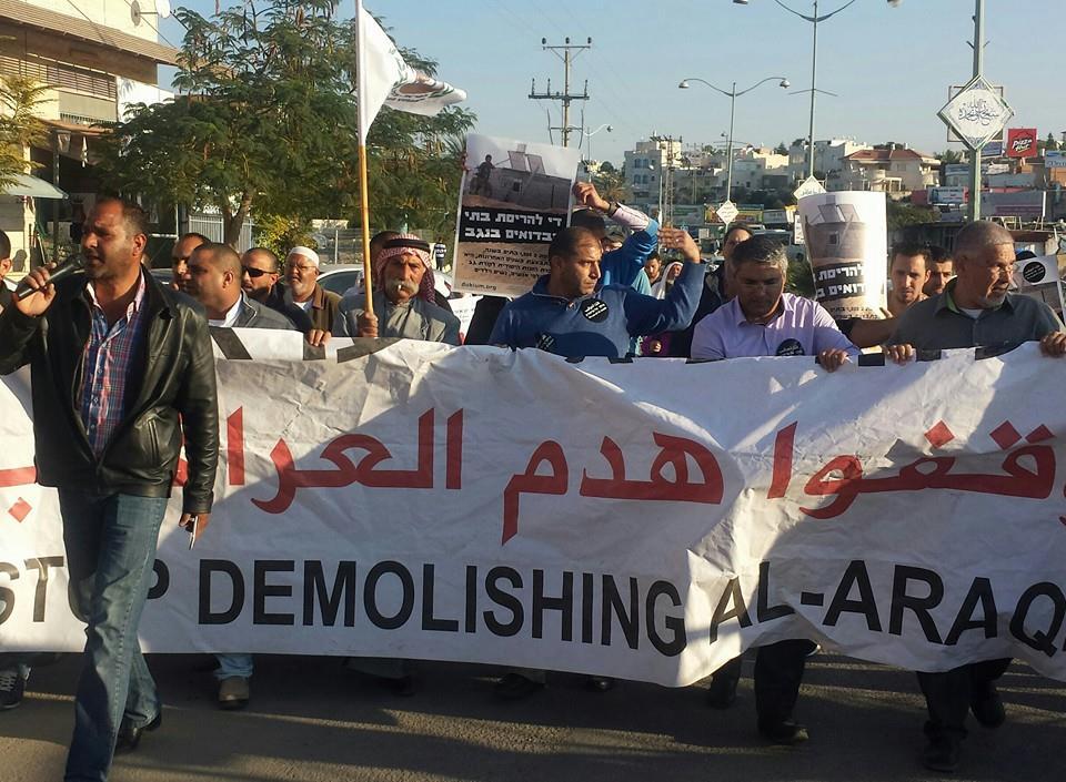 תושבי אלערקיב צועדים במרכז העיר רהט במחאה על ההרס (צילום: אבי בלכרמן)