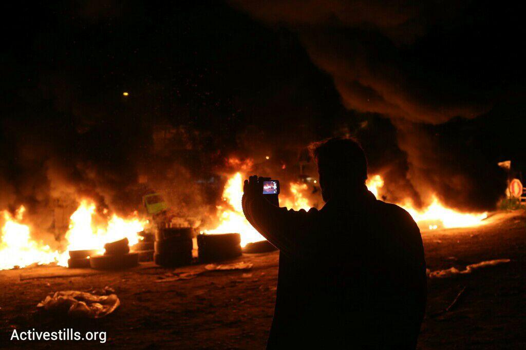 צמיגים בכל הכניסות לשכונה, פינוי בגבעת עמל, תל אביב, 29 דצמבר 2014. אקטיבסטילס
