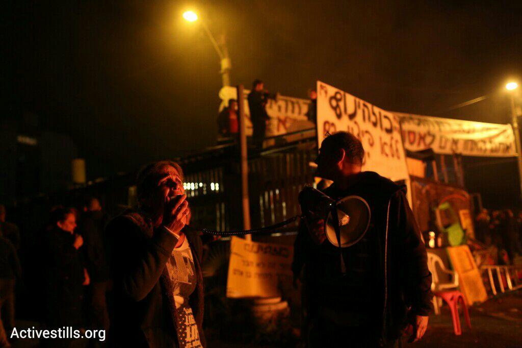 תושבים נערכים לפני פינוי בגבעת עמל, תל אביב, 29 דצמבר 2014. אקטיבסטילס