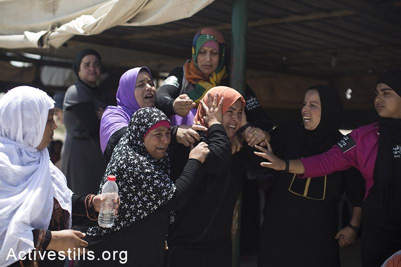 נשות אל עראקיב בוכות בעת הריסת כפרם בנגב, 12 ביוני, 2014. הכפר הבדואי הלא מוכר אל עראקיב נהרס למעלה מ-70 פעמים מאז 2010. (אורן זיו/אקטיבסטילס)
