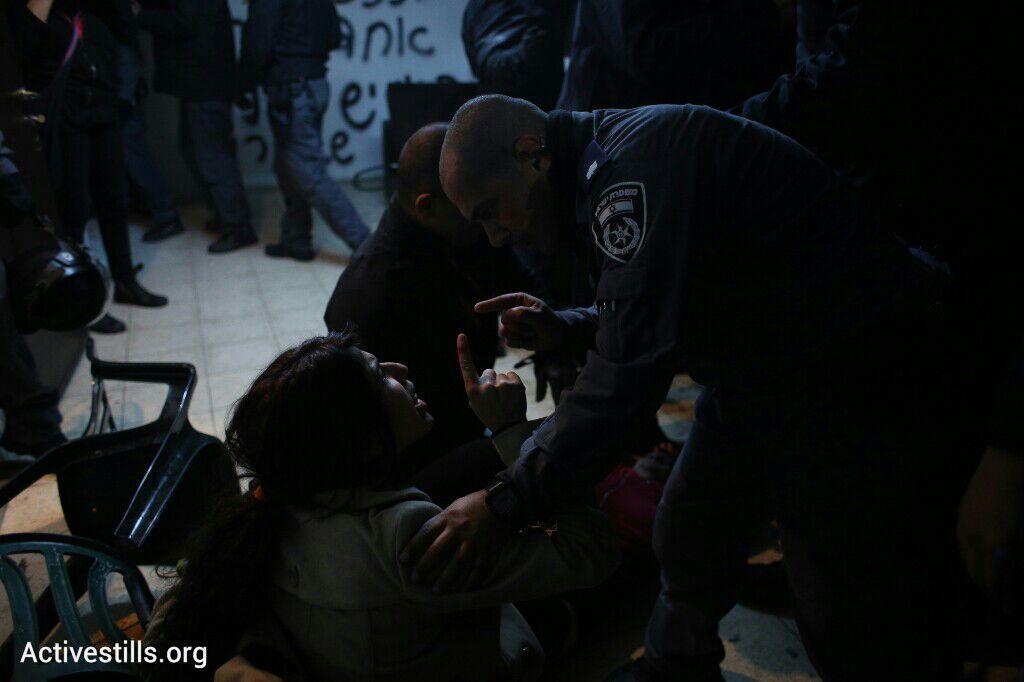 כוח רב ומכות הופעלו בעיקר על התושבים, פינוי בגבעת עמל, תל אביב, 29 דצמבר 2014. אקטיבסטילס