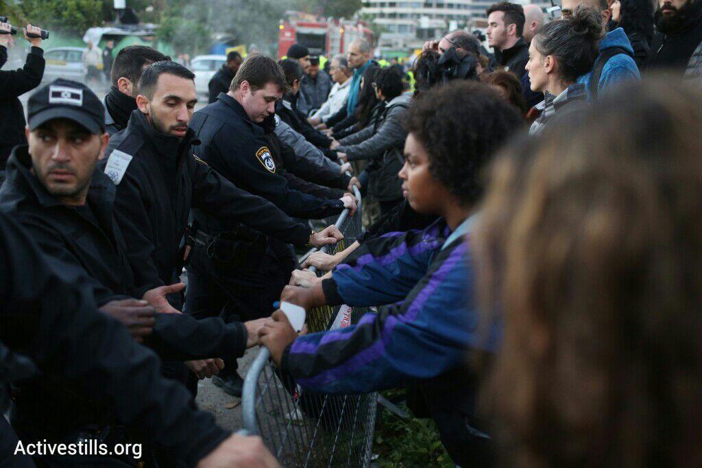 תושבים מוחזקים מחוץ לאזור הפינוי בגבעת עמל, תל אביב, 29 דצמבר 2014. אקטיבסטילס