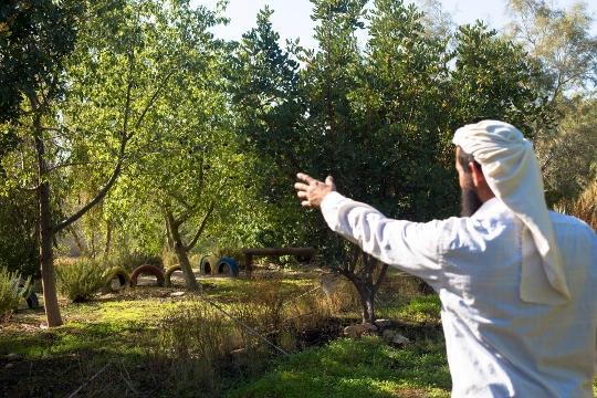 אבו חמד מצביע לעבר נהר הירדן (בסאם אלמוהור)