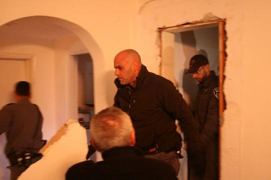 שוטרים נכנסים דרך קיר. גבעת עמל (חגי מטר)