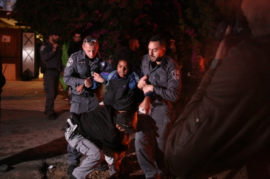 שוטרים גוררים פעילה. גבעת עמל (חגי מטר)