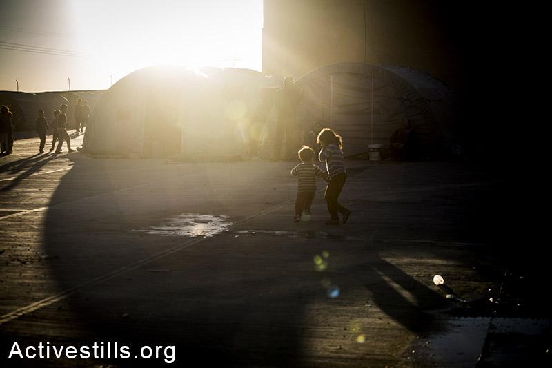 ילדים משחקים במחנה הפליטים רוג׳אווה שבעיר סורוק, טורקיה, אוקטובר 2014. תמונה: פאיז אבו-רמלה/אקטיבסטילס