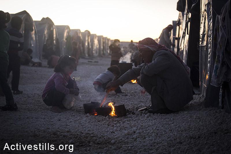 מבשלים במחנה הפליטים ארין מירקסאם שבעיר סורוק, טורקיה, אוקטובר 2014. תמונה: פאיז אבו-רמלה/אקטיבסטילס