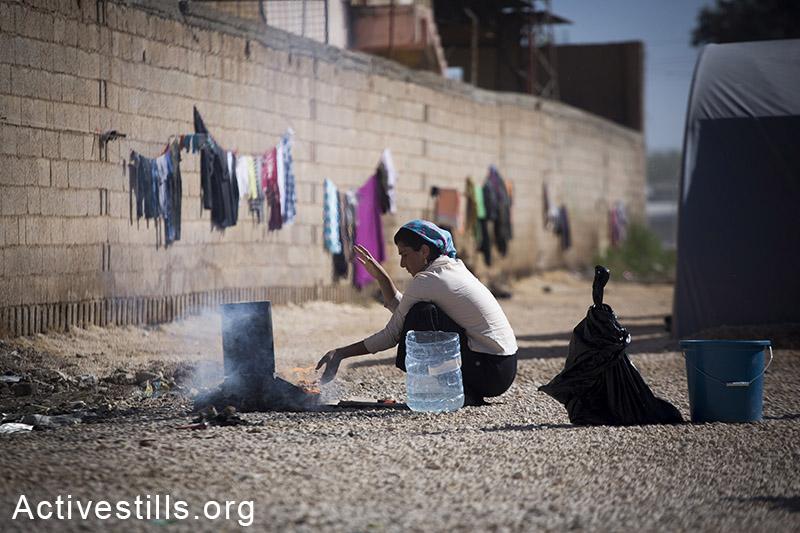 אישה מבשלת במחנה הפליטים רוג׳אווה שבעיר סורוק, טורקיה, אוקטובר 2014. הפליטים מקבלים תרומות של מוצרי מזון אך אלו אינן מספיקות לכל המחנה. תמונה: פאיז אבו-רמלה/אקטיבסטילס