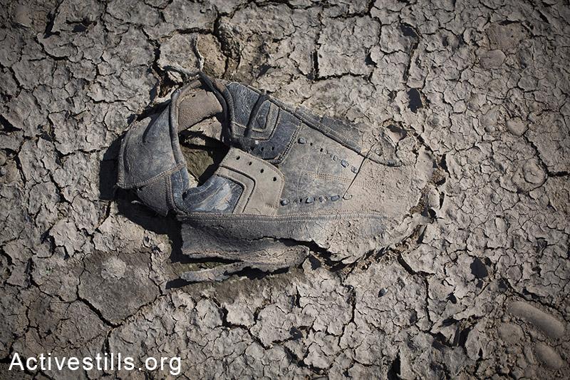 נעל שאיבדה את בעליה, באזור הגבול סוריה-טורקיה, אוקטובר 2014. תמונה: פאיז אבו-רמלה/אקטיבסטילס