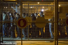 פועל מת במחסום, שבוע אחרי שפועלים שבתו במחאה על התנאים בו