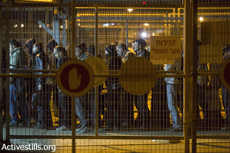 בין הקרוסלה הראשונה לשנייה מתוך שמונה. פועלים מגיעים לשלב הראשון במחסום שער אפרים (אורן זיו / אקטיבסטילס)