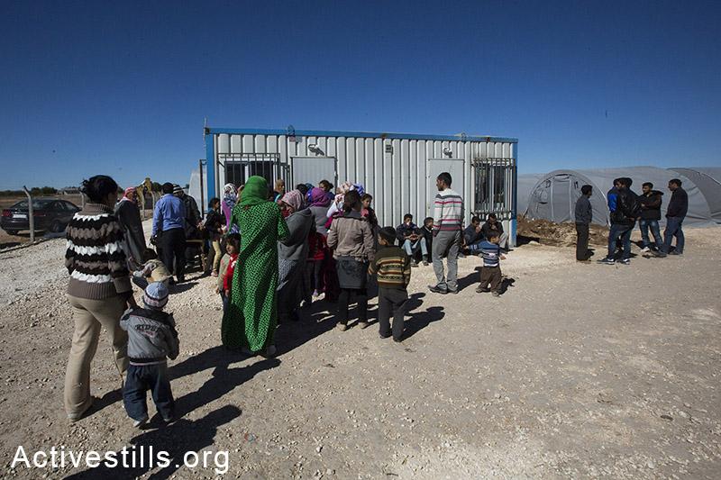 פליטים שזה עתה הגיעו מהגבול מחכים בתור להרשם במחנה הפליטים ארין מירסקאם, גבול טורקיה-סוריה, אוקטובר, 2014. תמונה: פאיז אבו-רמלה/אקטיבסטילס