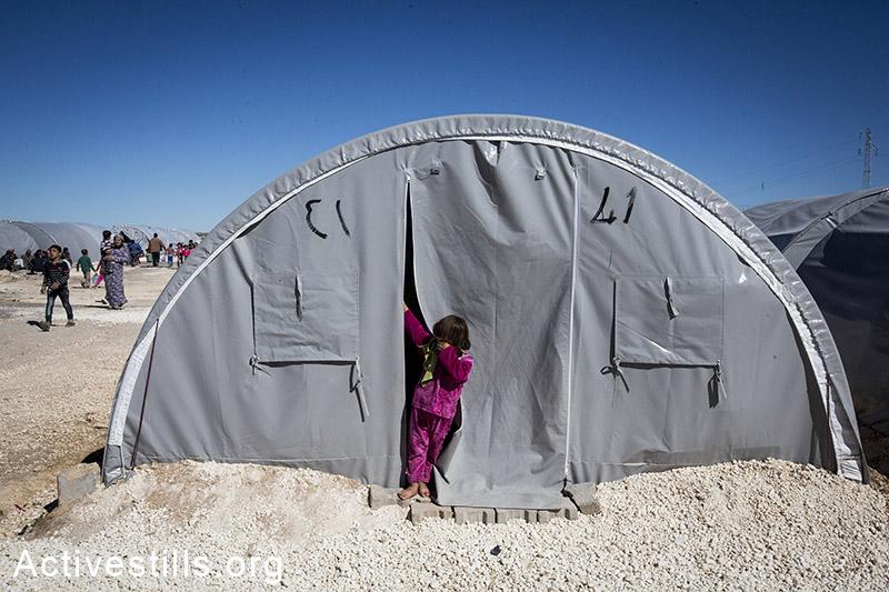 ילדה מתעוררת במחנה הפליטים ארין מירסקאם, גבול טורקיה-סוריה, אוקטובר, 2014. תמונה: פאיז אבו-רמלה/אקטיבסטילס