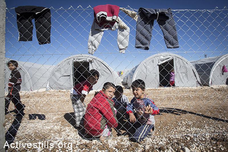 ילדים במחנה הפליטים ארין מירסקאם, גבול טורקיה-סוריה, אוקטובר, 2014. במחנה אין מים זורמים, והפליטים לוקחים מים מחקלאים או מתחנות דלק באזור. תמונה: פאיז אבו-רמלה/אקטיבסטילס