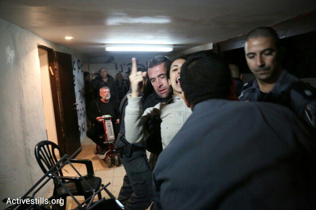 משטרה מפנה בכוח תושבת, פינוי בגבעת עמל, תל אביב, 29 דצמבר 2014. אקטיבסטילס
