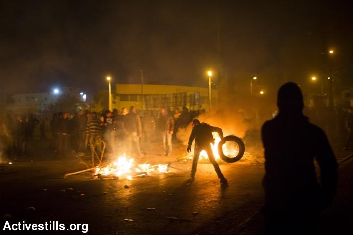 עימותים בין משטרה לצעירים ברהט אחרי הלווית סמי זיאדנה (אורן זיו / אקטיבסטילס)