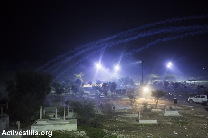 גז מדמיע בבית הקברות של רהט, בהלווית סמי אל-ג'אער (אורן זיו / אקטיבסטילס)