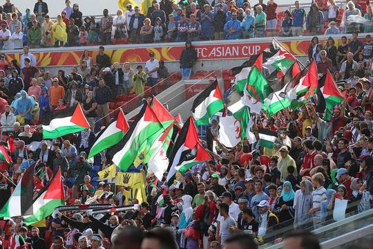 אוהדים פלסטינים במשחק הראשון של נבחרת פלסטין מול יפן (צילום: Nasya Bahfen פליקר CC BY-ND 2.0)