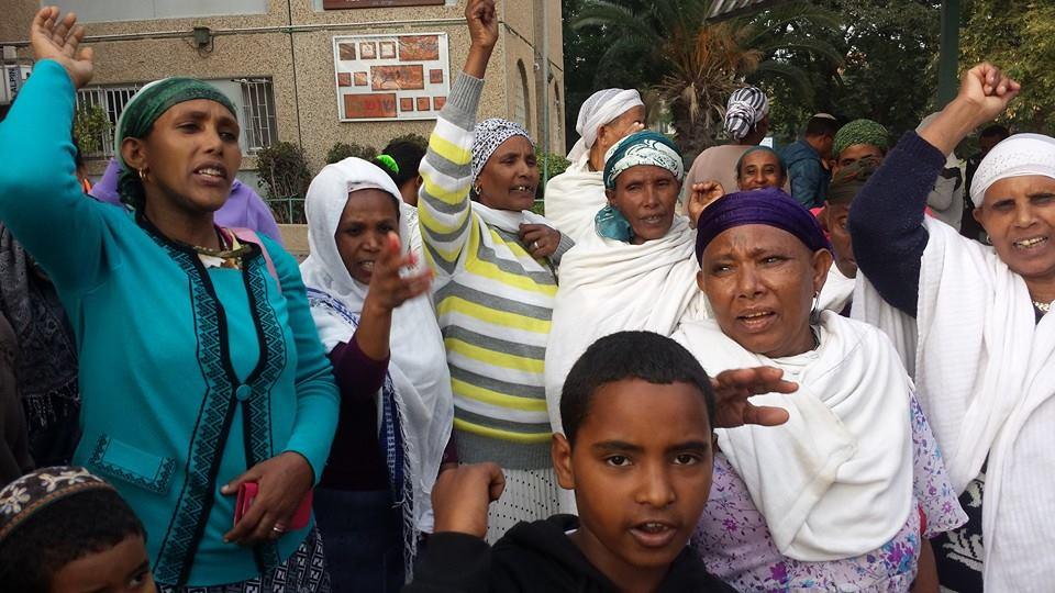 נשים עולות מאתיופיה מפגינות בחצר מרכז הקליטה צילום: אבי בלכרמן