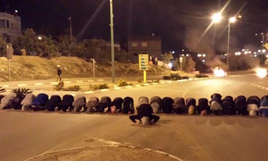 מפגינים מתפללים ברהט (צילום: אבי בלכרמן)