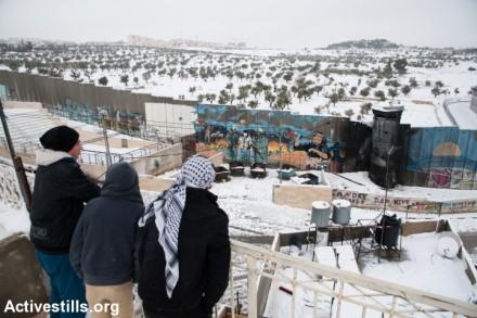 בית לחם, מבט מעבר לחומה ביום שלג, ינואר 2014 (ריאן רודריק ביילר / אקטיבסטילס)