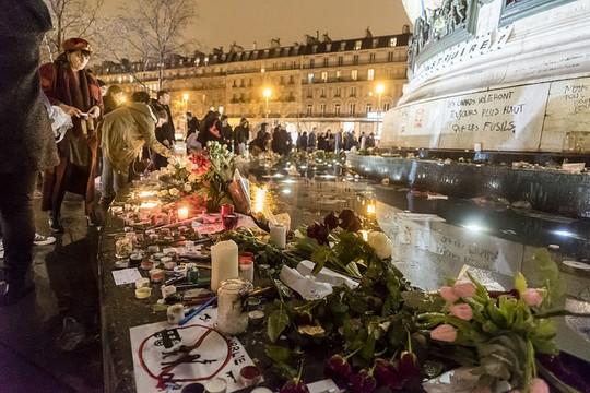 מתאבלים על מותם של הנרצחים בפיגועים בפריס (צילום: Duc, פליקר CC BY-NC-ND 2.0)