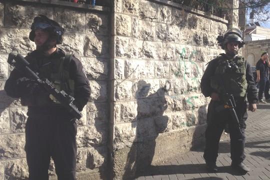 שוטרים חמושים מכף רגל ועד ראש בא-טור (צילום: יעל מרום)