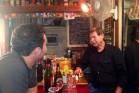 """אדי ז'נסקר וחיים במהלך צילומי הסרט (צילום מסך מתוך """"הישראלים האמיתיים"""", ערוץ 10)"""