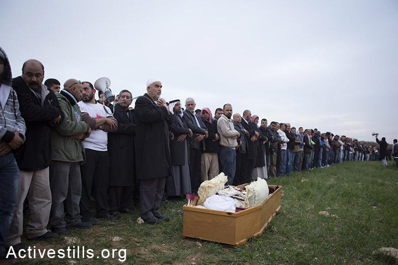הלווייתו של סמי אל-זידנה, שמת משאיפת גז מדמיע במהלך אירועי הלוויתו של סמי אל-ג׳אר, רהט. (אקטיבסטילס)