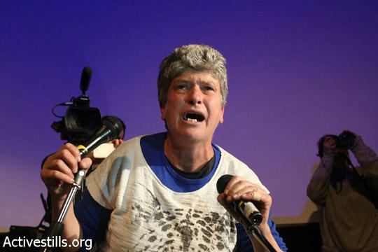 זהבה גרינפלד, פעילת הדיור הציבורי, חוטפת את המיקרופון ונושאת דברים בכנס (אקטיבסטילס)