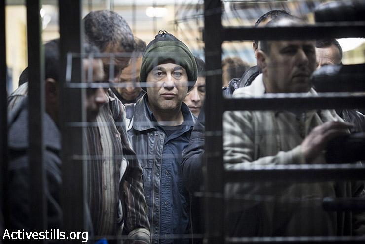 פועלים פלסטינים במחסום שער אפרים (אורן זיו / אקטיבסטילס)