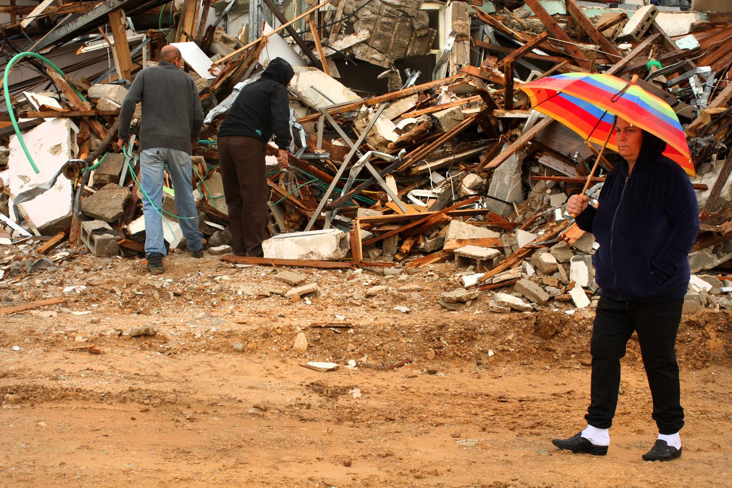 מריים אלפסי תושבת גבעת עמל ליד הריסות ביתה השבוע צילום: עמית שעל