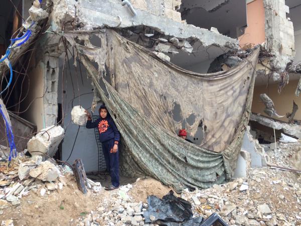 משפחה בסוג'עיה , עזה, השבוע משתמשת ברשת הסוואה שהשאיר אחריו הצבא הישראלי צילום: דן כהן