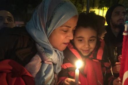 אישה מוסלמית ובתה בטקס לזכר יואב חטב (סלמה ג'ראד)