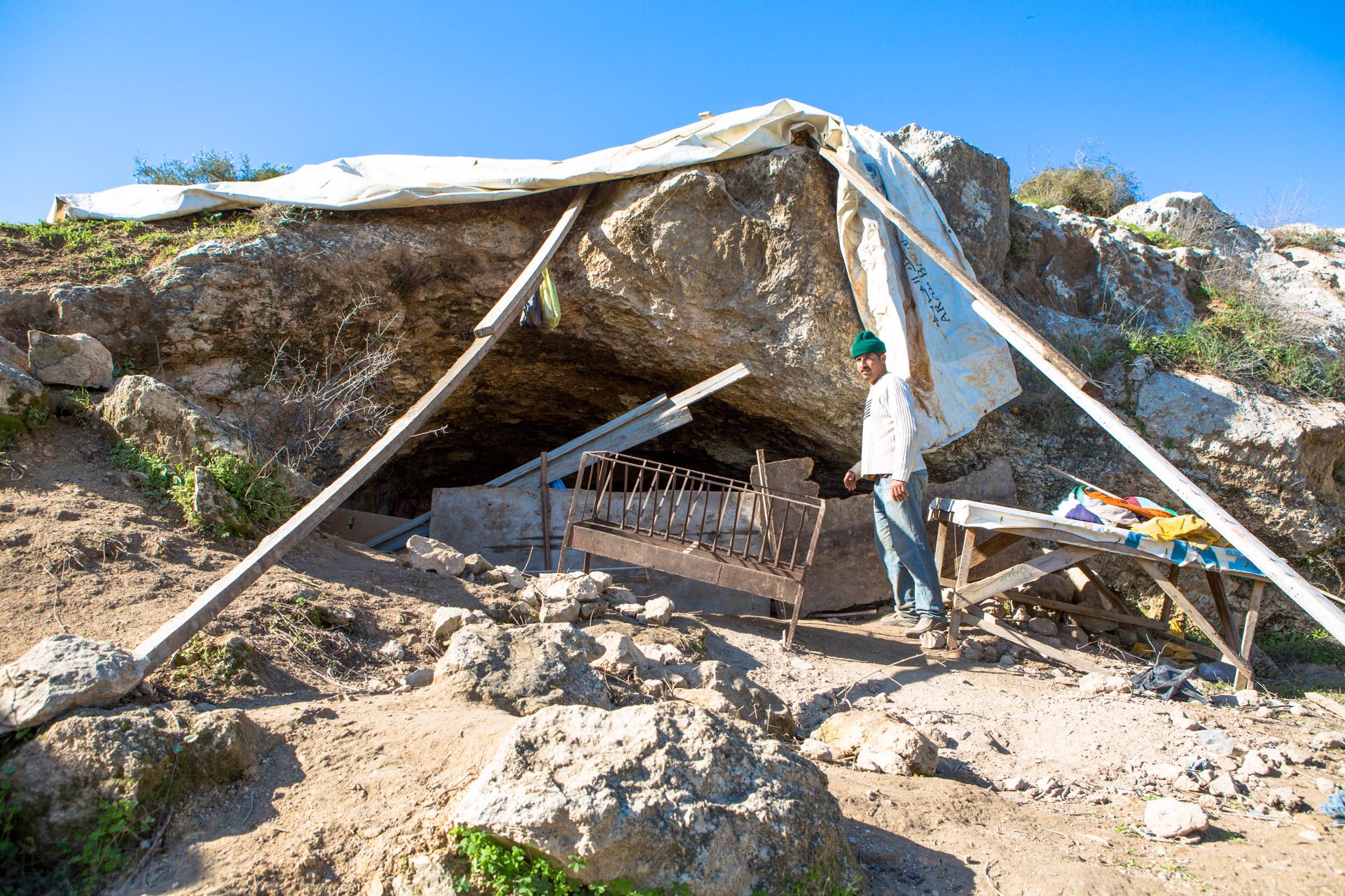 המערה של אבו א-עבד והעזים (בסאם אלמוהור)
