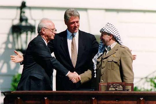יאסר ערפאת, ביל קלינטון ויצחק רבין בטקס חתימת הסכמי אוסלו (וינס מוסי / הבית הלבן)