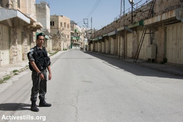 סגור לתנועת פלסטינים, מאות חנויות סגורות. רחוב השוהדא בחברון (ריאן רודריק ביילר / אקטיבסטילס)