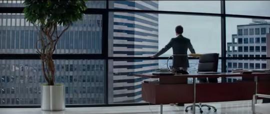 הגבר בהכרח חזק ממנה מבחינה חברתית וכלכלית. צילום מסך מתוך הטריילר לסרט  50 גוונים של אפור