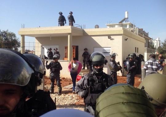 שוטרים מפנים את בני משפחת א-נאקיב מביתם (סמאח סלאימה אגבאריה)