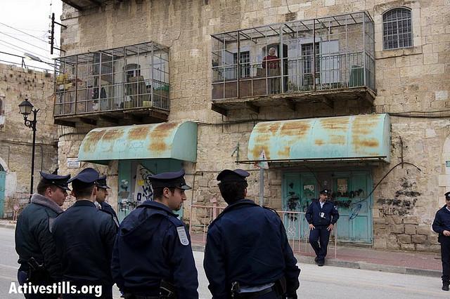 משפחה כלואה בביתה, רחוב השוהדא, חברון, 2009 (מגד גוזני / אקטיבסטילס)