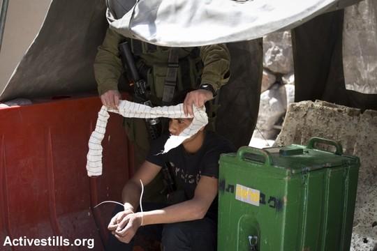 חיילים עוצרים צעיר פלסטיני בחברון (צילום: אורן זיו/אקטיבסטילס)