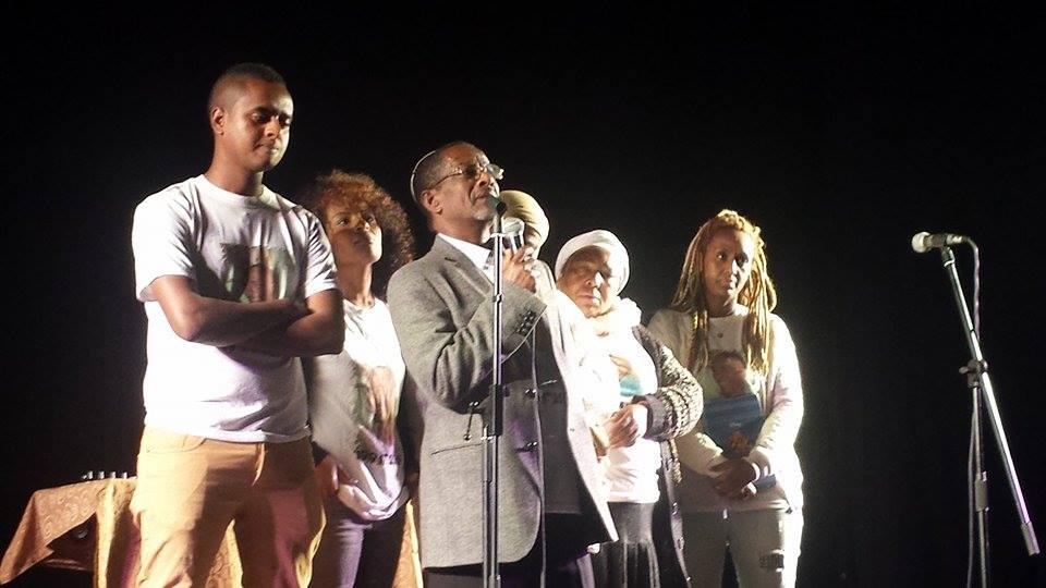 ערב תמיכה במשפחתו של יוסף סלמסה שמערך ברחובות. מימין: בנצ'י. במרכז: אביו של יוסף. משמאל: אשר וטהונה (אבי בלכרמן)