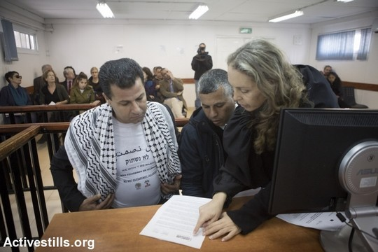 עבדאללה אבו רחמה, ועורכי הדין שלו גבי לסקי ומוחמד חטיב בבית המשפט בעופר (אורן זיו/אקטיבסטילס)